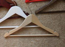 Вешалка детская деревянная с поворотным крючком и перекладиной
