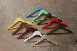 Вешалка детская деревянная цветная с поворотным крючком и перекладиной