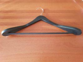 Вешалка костюмная с перекладиной и широкими плечами чёрная матовая