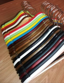 Вешалка деревянная с перекладиной с поворотным крючком цветная